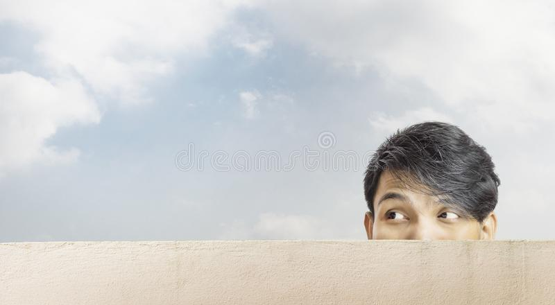Śmieszna azjatykcia mężczyzna twarz patrzeje kopiować przestrzeń obrazy royalty free