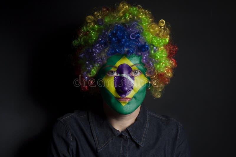 Śmieszna błazen kobieta z malującą Brazylia flaga obrazy royalty free