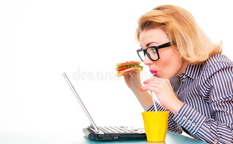 Śmieszna biznesowej kobiety mienia kanapka obraz royalty free
