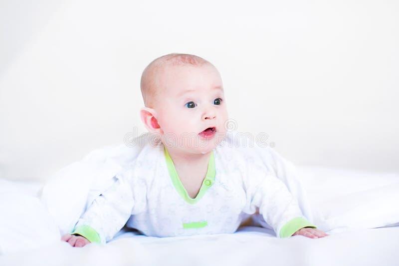 Śmieszna chłopiec bawić się pod białą koc zdjęcia royalty free
