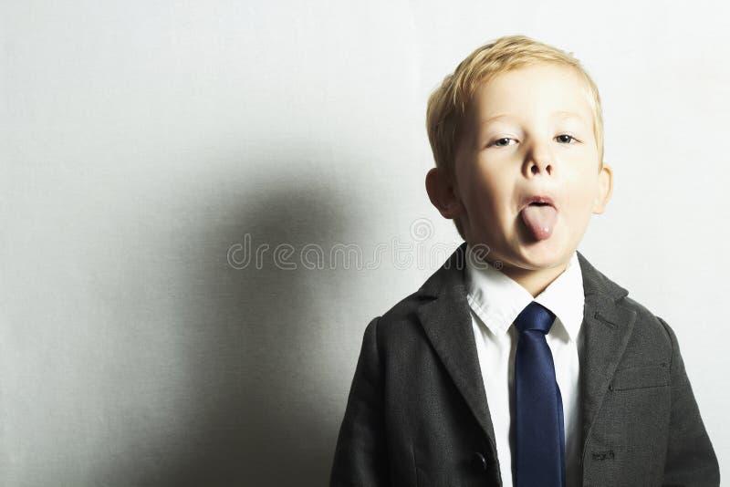 Śmieszna chłopiec w suit.style dzieciaku. moda children.joy obrazy stock