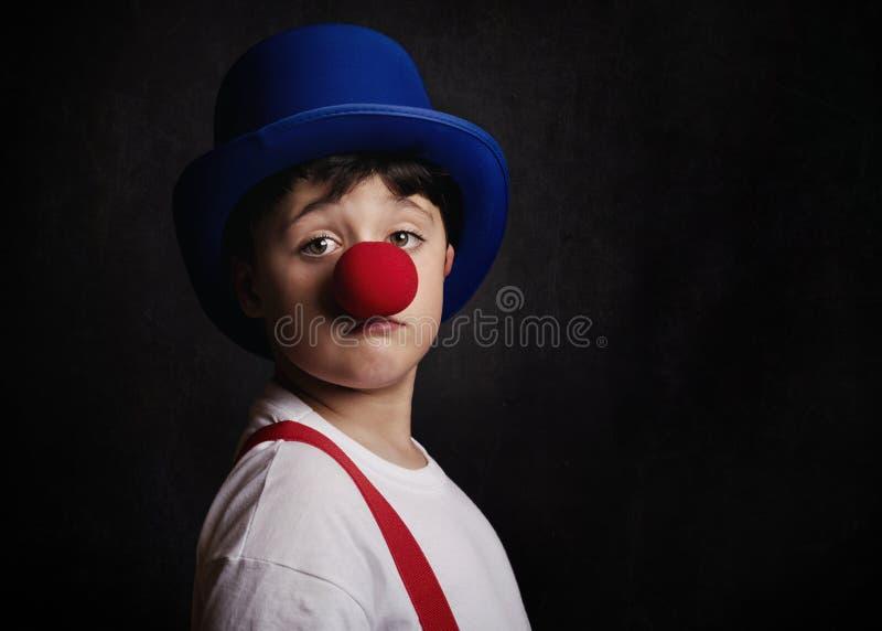 Śmieszna chłopiec z błazenu nosem zdjęcia stock