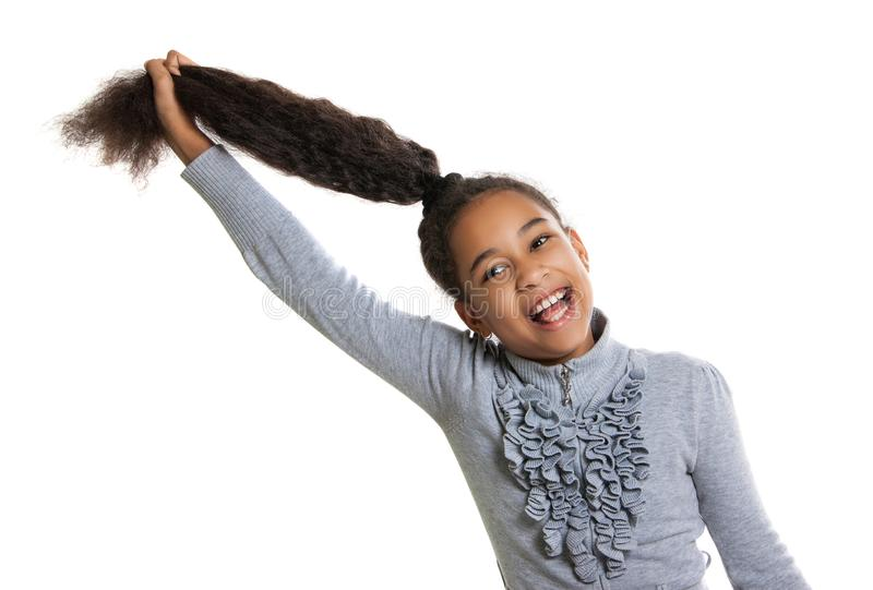 Śmieszna ciemnoskóra dziewczyna trzyma jej włosy Pozytywne ludzkie emocje zabawa śmiech fotografia stock