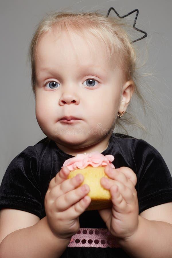 Śmieszna dziecko dziewczyna je tort zdjęcia royalty free