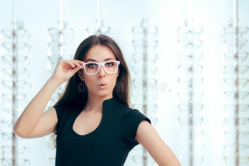 Śmieszna dziewczyna Patrzeje dla Nowych Eyeglasses w Okulistycznym sklepie obraz stock