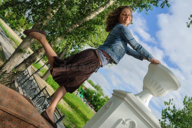 Śmieszna dziewczyna w miasto parku zdjęcie royalty free