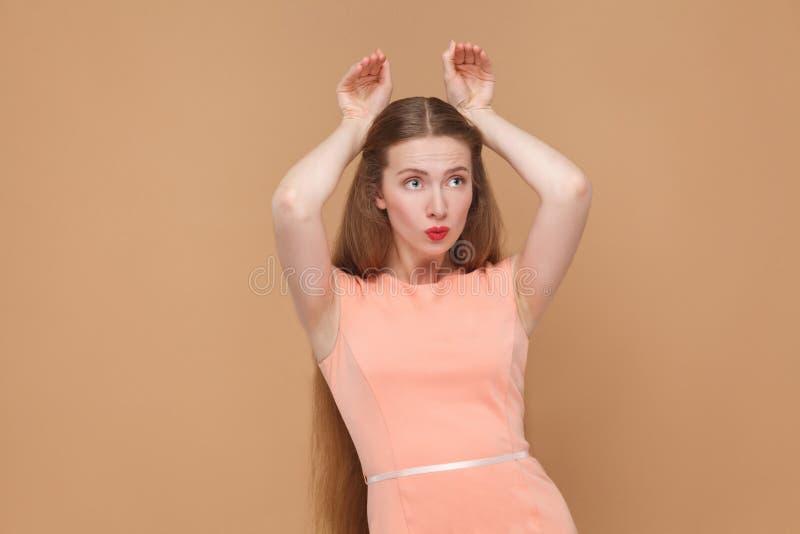 Śmieszna dziewczyna z królika stylu rękami zdjęcie royalty free