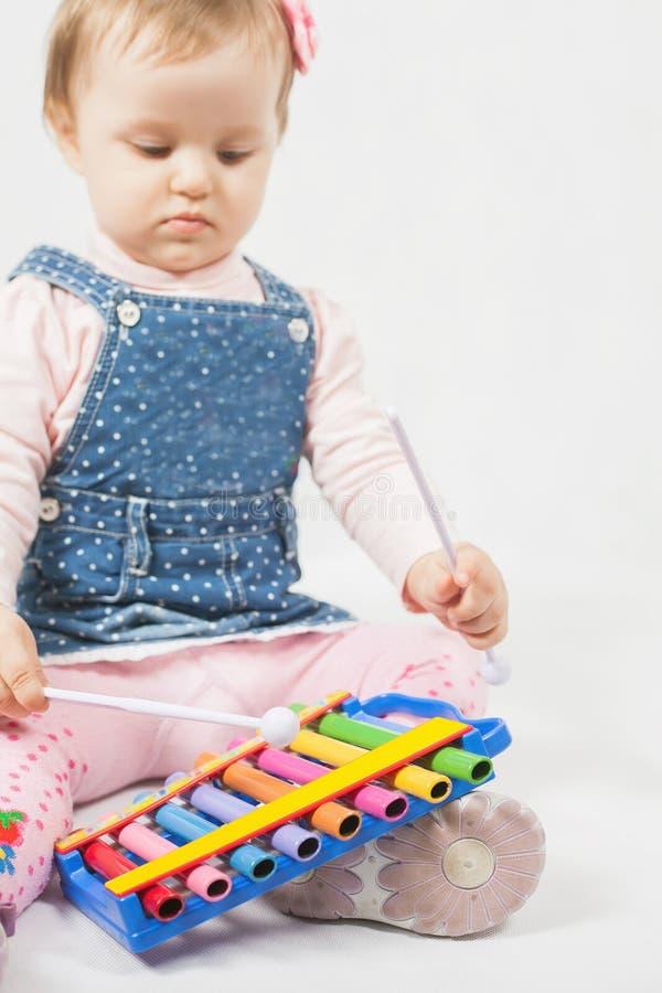 Śmieszna dziewczynka bawić się ksylofonem fotografia royalty free