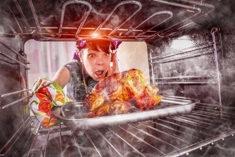 Śmieszna gospodyni domowa zdumiona i gniewna Nieudacznik jest przeznaczeniem! zdjęcie stock
