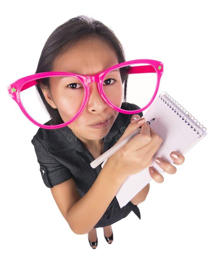 Śmieszna kobieta bierze notatki zdjęcia stock