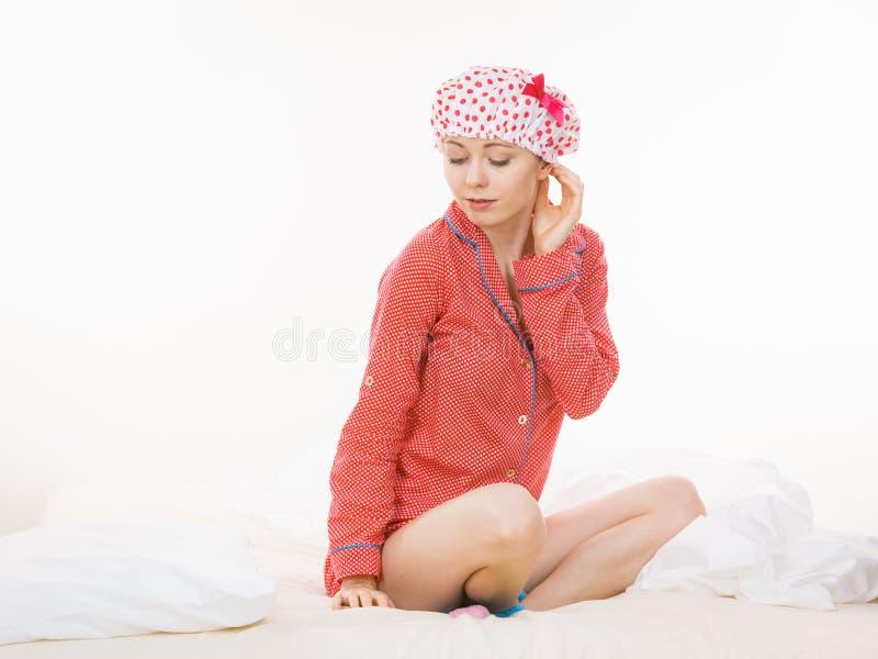 Śmieszna kobieta jest ubranym piżamy i kąpanie nakrętkę obrazy royalty free