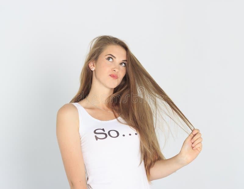 Śmieszna młoda dama ma problem z jej włosy zdjęcie royalty free