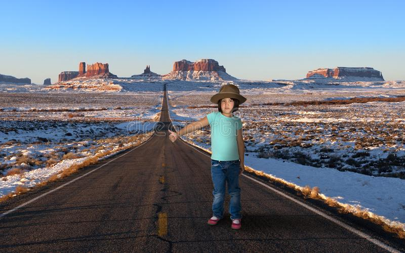 Śmieszna młoda dziewczyna, autostopowicz, podróż zdjęcie stock