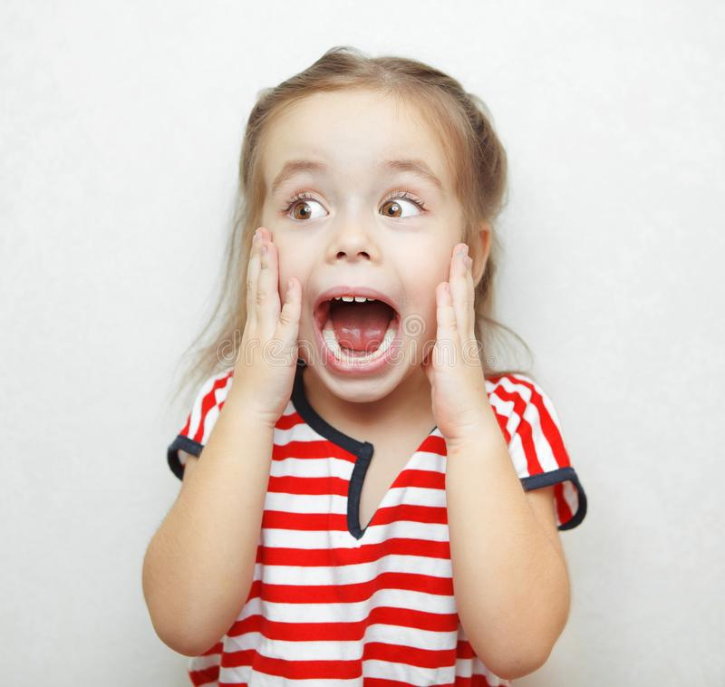 Śmieszna mała dziewczynka brać aback wielką niespodzianką fotografia stock