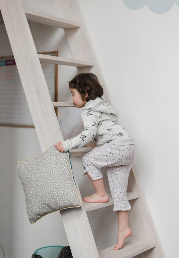 Śmieszna mała dziewczynka w ślicznych pijamas ma zabawę fotografia stock
