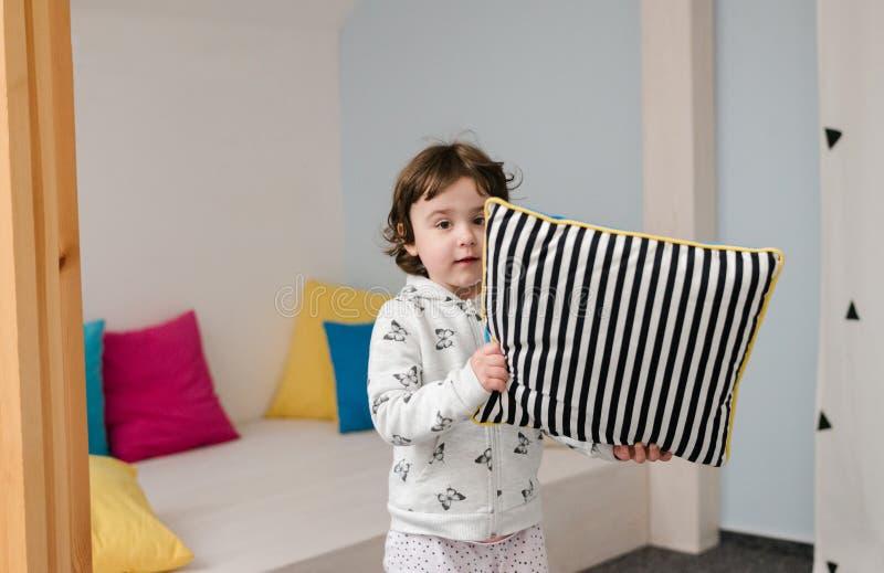Śmieszna mała dziewczynka w ślicznych pijamas ma zabawę obrazy royalty free
