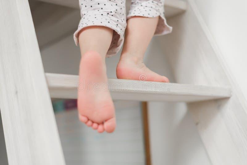 Śmieszna mała dziewczynka w ślicznych pijamas ma zabawę zdjęcia stock