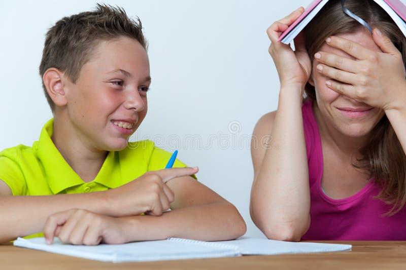 Śmieszna matka i syn robi prac domowych lekcjom zdjęcia royalty free