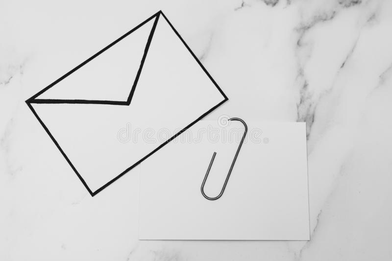 Śmieszna metafora inbox z emailem i doczepianie klamerka na realnym biurku odkrywamy zdjęcia stock