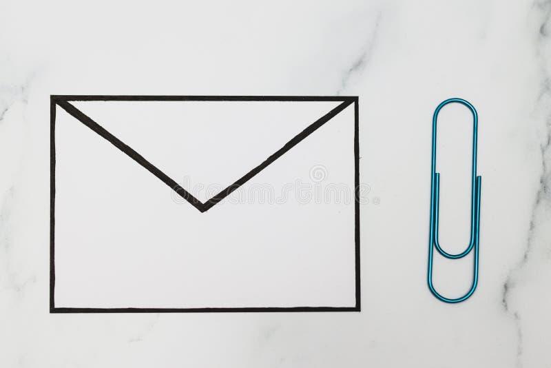 Śmieszna metafora inbox z emailem i doczepianie klamerka na realnym biurku odkrywamy obrazy stock