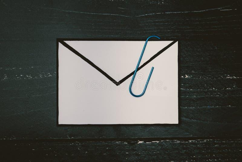 Śmieszna metafora inbox z emailem i doczepianie klamerka na realnym biurku odkrywamy obrazy royalty free