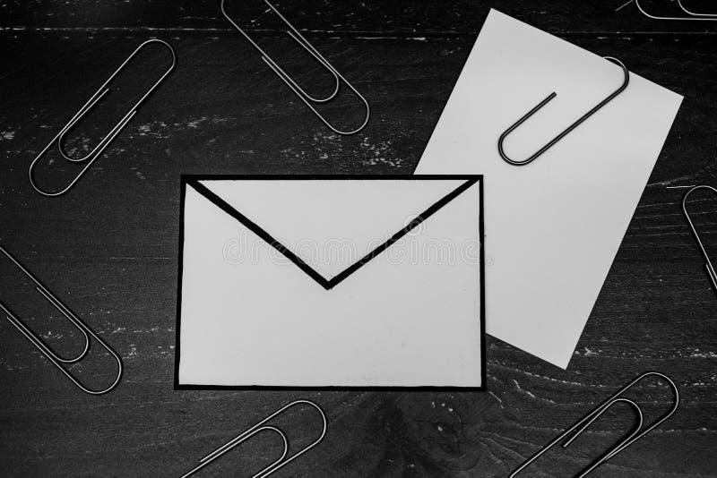 Śmieszna metafora inbox z emailem i doczepianie klamerka na realnym biurku odkrywamy fotografia royalty free