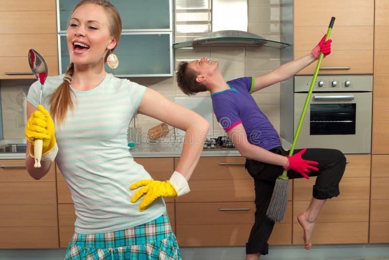 Śmieszna para na kuchni fotografia royalty free