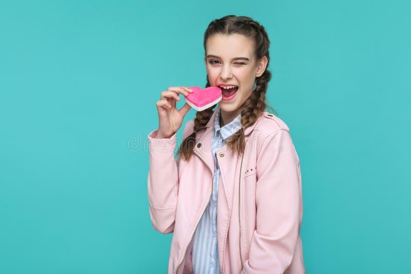Śmieszna piękna dziewczyna w przypadkowym stylu, pigtail fryzurze i menchiach, obrazy stock