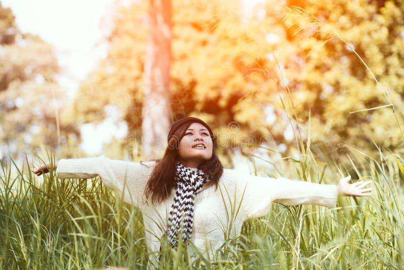 Śmieszna pozytywna młoda dziewczyna w zimie obraz stock