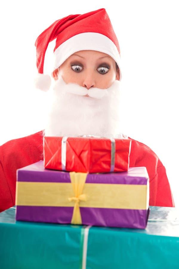 Śmieszna Santa dziewczyna patrzeje udziały prezenty, odizolowywający na bielu, zdjęcia stock