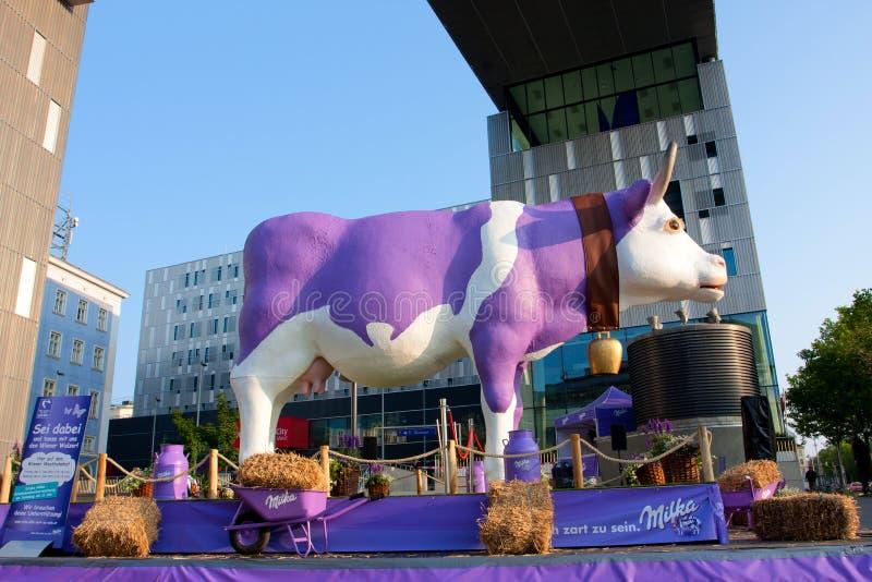 Śmieszna sfałszowana krowa jako reklamowy czekoladowy Milka obraz stock