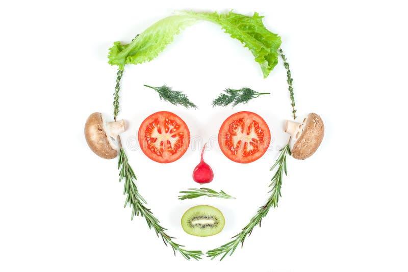 Śmieszna twarz od różnych warzywo pomidorów, ogórka, rzodkwi, koperu i rozmarynów odizolowywających na białym tle, zdrowe je?? ilustracji