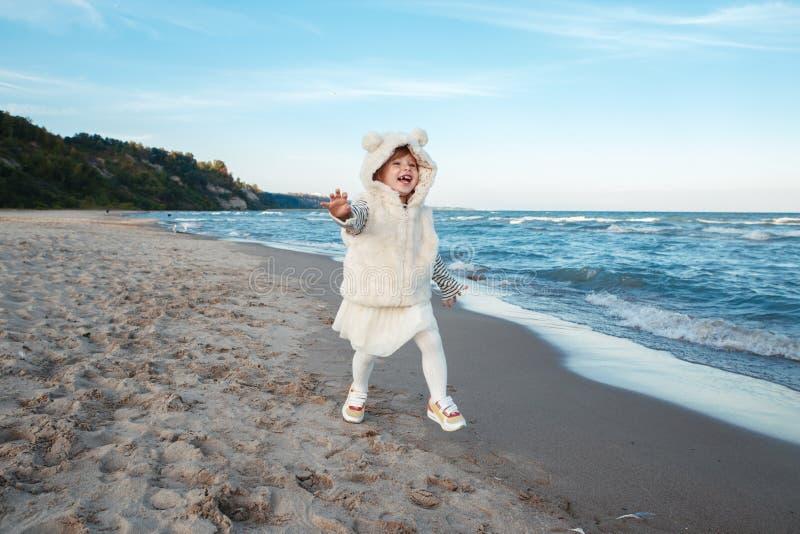 Śmieszna uśmiechnięta śmia się biała Kaukaska dziecko dzieciaka dziewczynka w futerkowego żakieta i spódniczki baletnicy spódnico fotografia royalty free