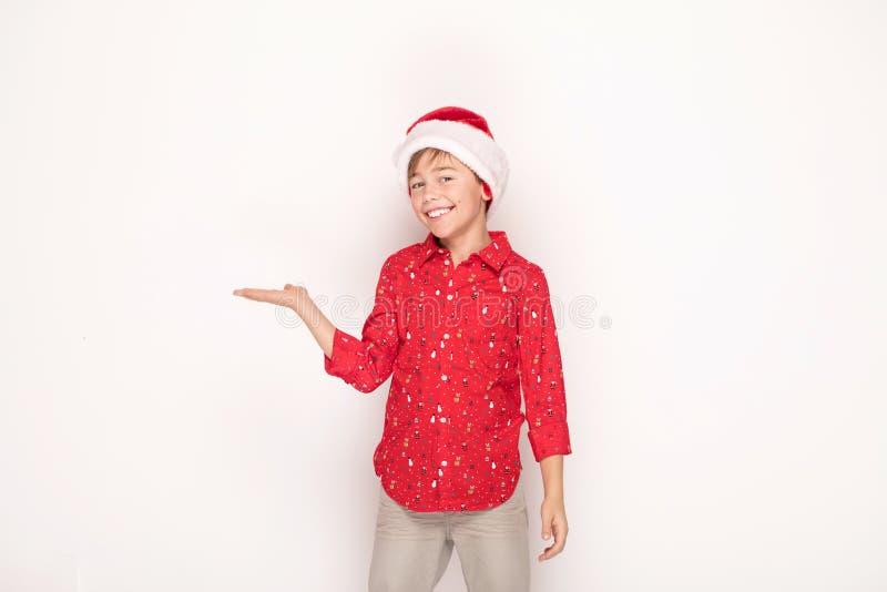 Śmieszna uśmiechnięta dziecko chłopiec w Santa czerwieni kapeluszu zdjęcia royalty free