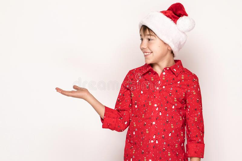 Śmieszna uśmiechnięta dziecko chłopiec w Santa czerwieni kapeluszu fotografia stock