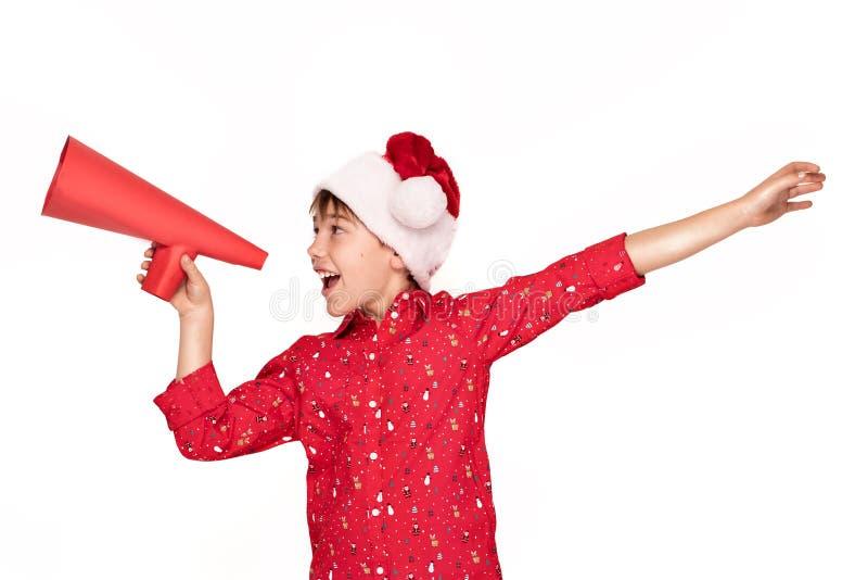 Śmieszna uśmiechnięta dziecko chłopiec w Santa kapeluszu obraz royalty free