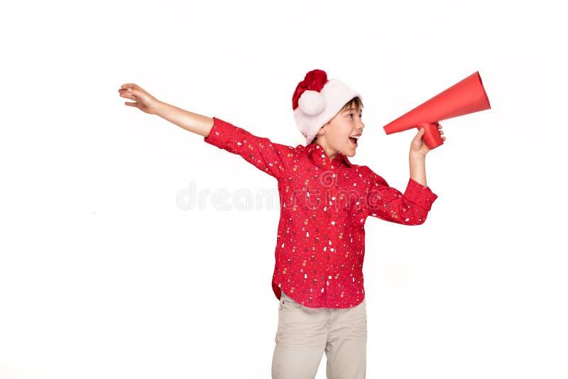 Śmieszna uśmiechnięta dziecko chłopiec w Santa kapeluszu zdjęcia royalty free