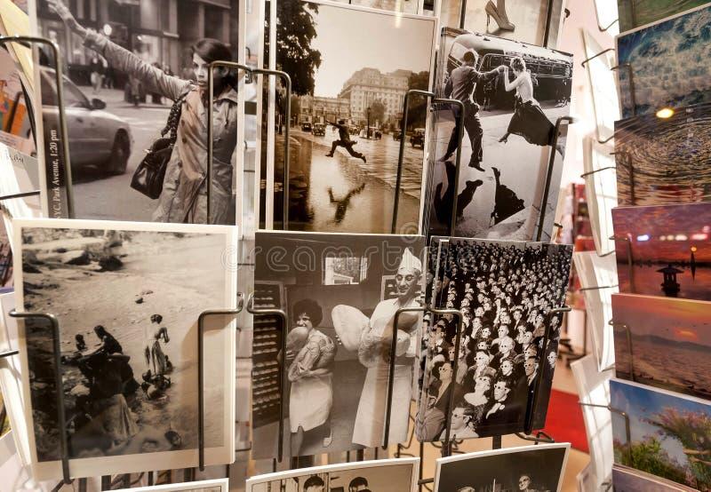 Śmieszne czarny i biały pocztówki na sprzedaży przy pamiątki prasy kioskiem robią zakupy fotografia royalty free