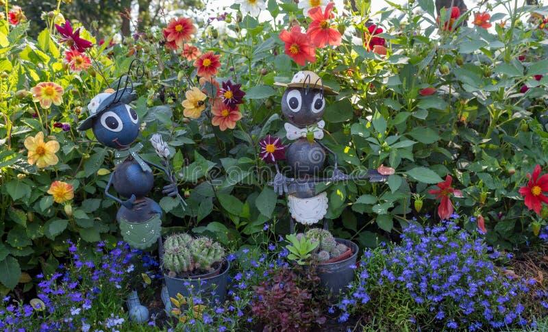 Śmieszne ogród postacie w trawie i kwiatach Podwórka wystrój Mrówek statuy w parku Ogrodowy dekoraci pojęcie obrazy royalty free