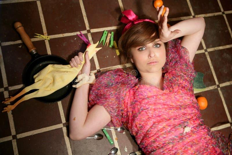 śmiesznej gospodyni domowej kuchenna metafory kobieta fotografia stock