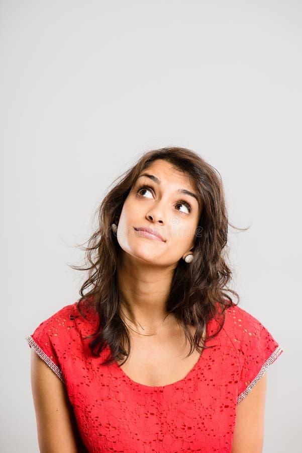 Śmiesznego kobieta portreta wysokiej definici popielatego tła istni ludzie obraz royalty free