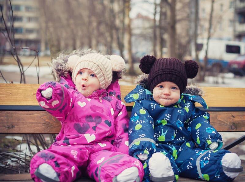 Śmieszni bliźniacy chłopiec i dziewczyna obrazy stock