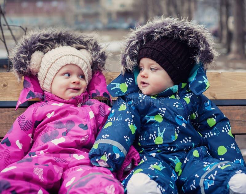 Śmieszni bliźniacy chłopiec i dziewczyna zdjęcia stock