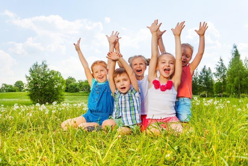 Śmieszni dzieci siedzi na łące fotografia royalty free