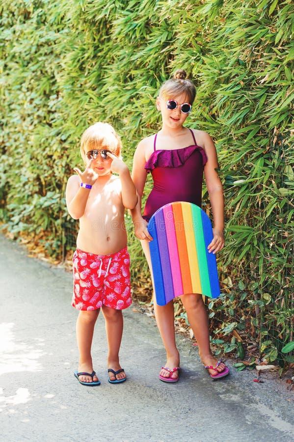 Śmieszni dzieciaki bawić się basenem zdjęcia royalty free