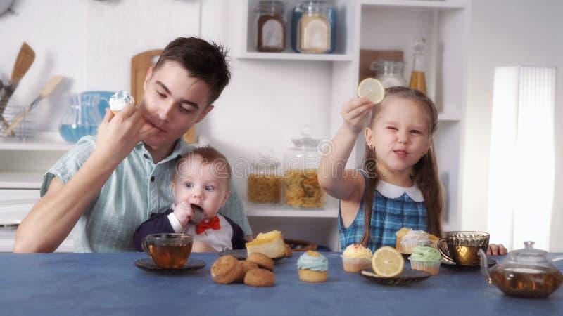 Śmieszni dzieciaki jedzą cukierki zdjęcie stock