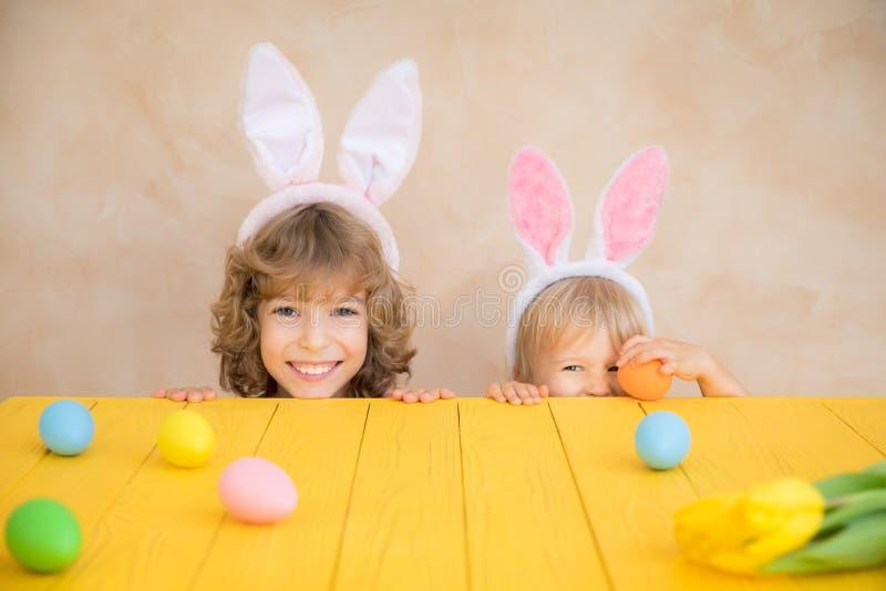 Śmieszni dzieciaki jest ubranym Wielkanocnego królika fotografia stock