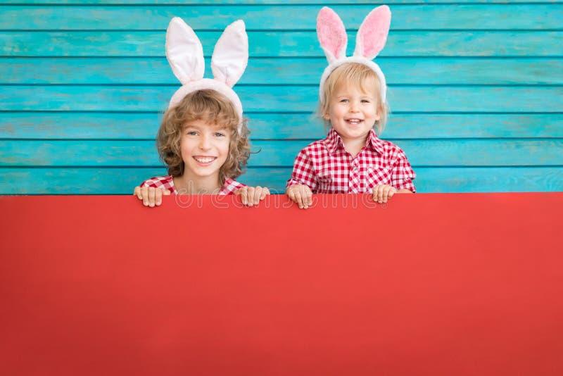 Śmieszni dzieciaki jest ubranym Wielkanocnego królika obrazy royalty free