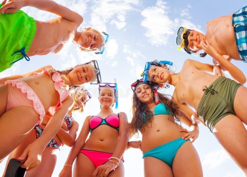 Śmieszni dzieciaki w swimsuit zgina patrzeć od above zdjęcie royalty free