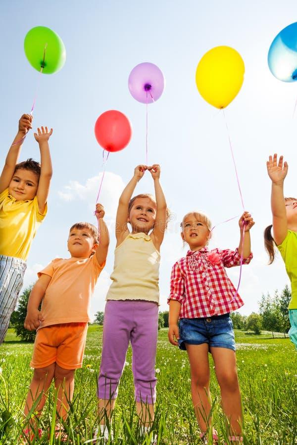 Śmieszni dzieciaki z balonami w powietrzu zdjęcie royalty free